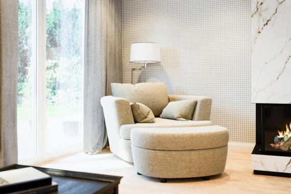 HUGO breiter Sessel mit Hocker zum Anschieben