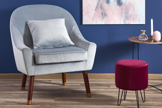 OPALE kleiner Sessel auf hohen Holzfüßen