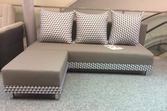 SINDY malá rozkladacia pohovka s taburetom, hnedo-šedá | VÝPREDAJ