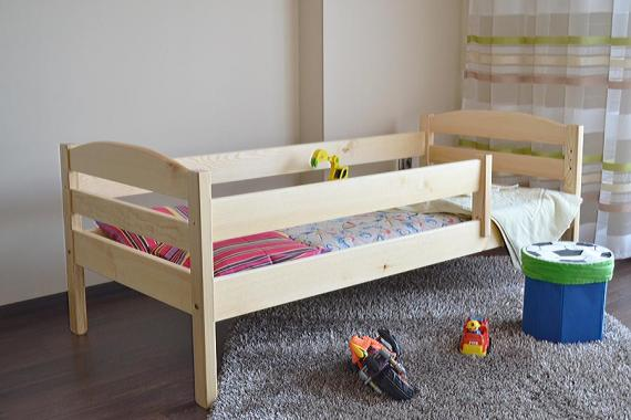 ANNA dětská postel s roštem a zábranou z masivního dřeva